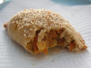 Empanadilla rellena de pollo y verduras