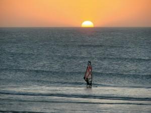 Postal: Windsurf con un precioso sol de fondo