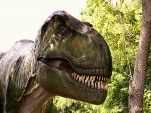 Dinosaurio enseñando sus afilados dientes