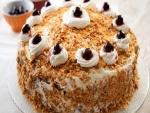 Torta con crema, nueces y cerezas