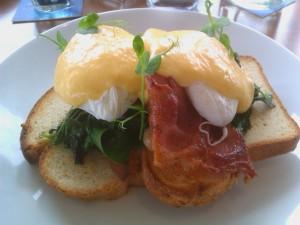Postal: Huevos a la benedictine con panceta y espinacas