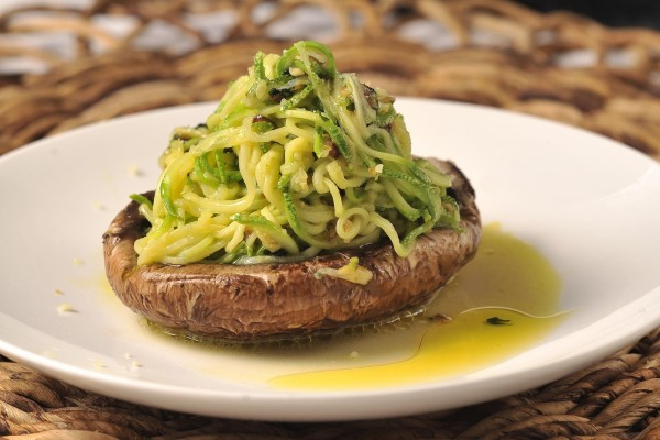 Espagueti con calabacín sobre una seta Portobello