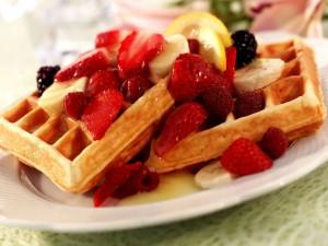 Postal: Gofre con frutas para el desayuno