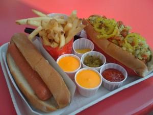 Bandeja con hot dogs, patatas fritas y salsas