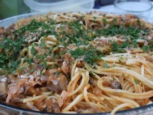 Fuente de espaguetti con champiñones y perejil