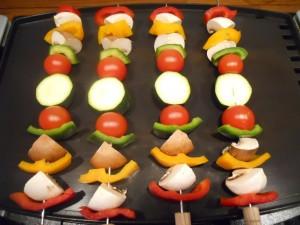Brochetas de verduras listas para cocinar