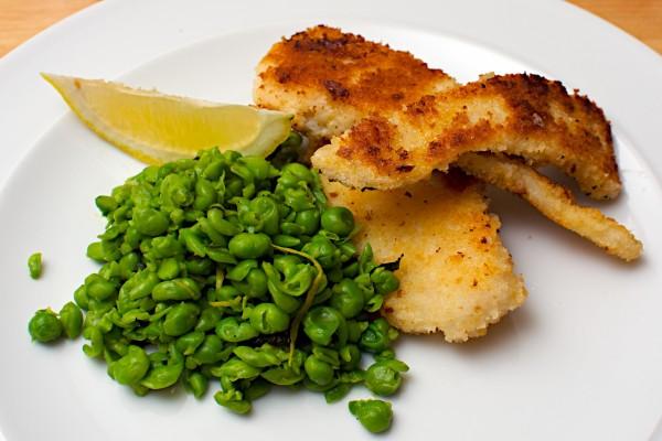 Tiras de pescado frito con guisantes
