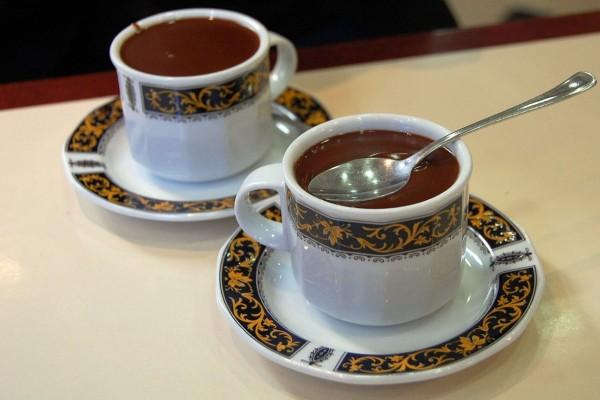 Dos tazas de espeso chocolate caliente