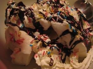 Jarabe de chocolate sobre un helado