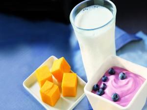 Leche, yogurt de arándanos y dados de mango