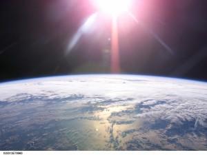 Postal: El Sol sobre la Tierra