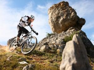 Bici de montaña entre grandes piedras