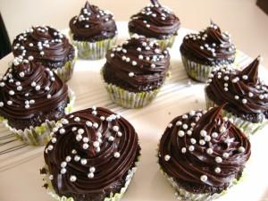 Fuente con cupcakes de chocolate