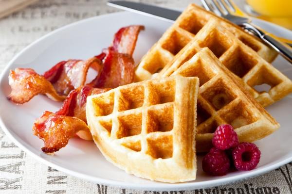Wafles con bacon y frambuesas frescas