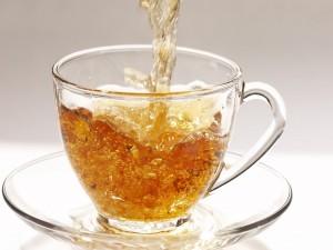 Postal: Chorro de té cayendo en la taza
