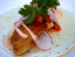Filete de pescado en una tortilla de maíz