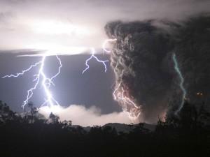 Postal: Rayos sobre un volcán