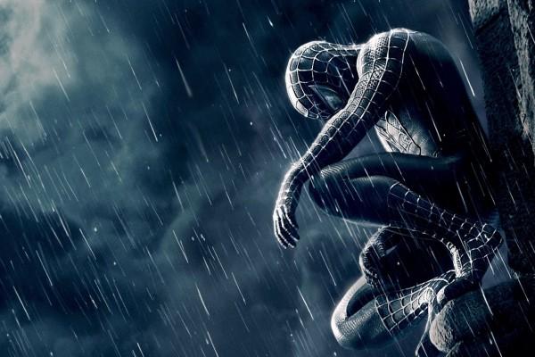 Spiderman bajo la lluvia