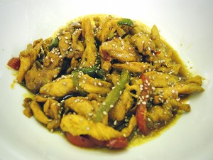 Pollo con verduras, curry y sésamo