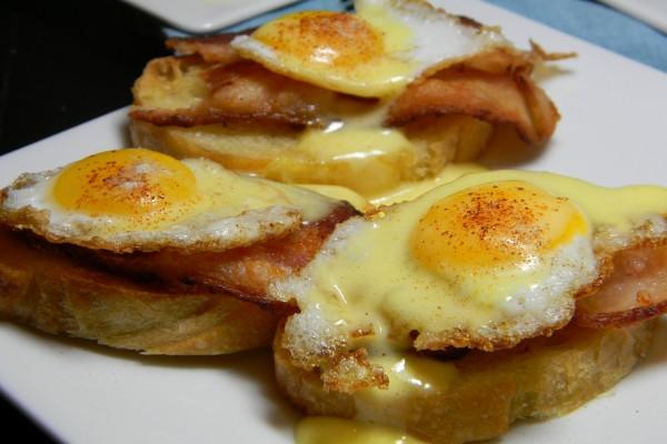 Rebanadas de pan con bacon y huevos de codorniz