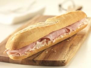 Postal: Bocadillo de jamón cocido con ensalada de col
