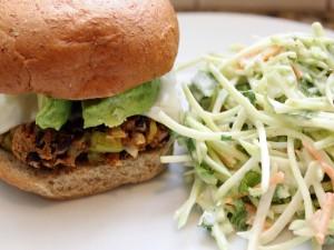 Postal: Hamburguesa de vegetales y ensalada de col