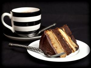 Porción de pastel de chocolate y caramelo