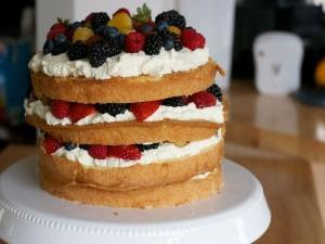 Postal: Layer cake de nata con frutos rojos