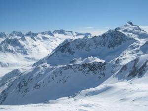 Pico nevado en Suiza
