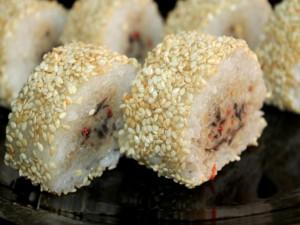 Pastelitos de arroz cubiertos de sésamo