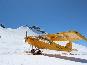 Piper PA-18 aterrizando sobre el glaciar Trient (Suiza)