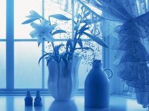 Jarrón con flores en azul