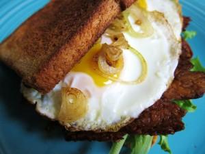 Postal: Sándwich de huevo con cebolla