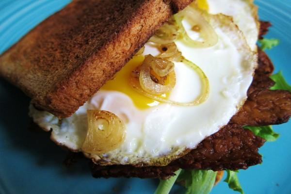 Sándwich de huevo con cebolla