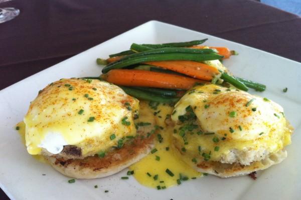 Huevos benedictine con zanahorias y judías