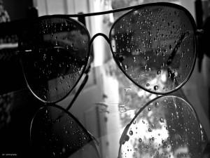 Gafas de sol con gotas de agua