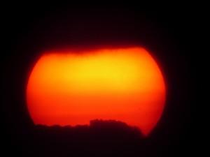 Franjas de nubes tapando el sol