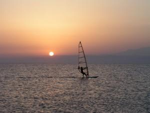 Practicando windsurf al atardecer