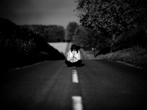 Reflexionando sola en una carretera
