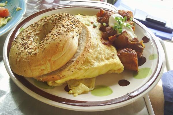 Desayuno de tortilla y bagels