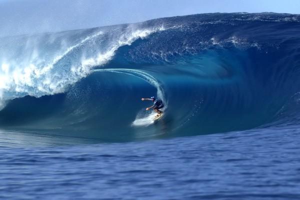 Dentro de una gran ola azul