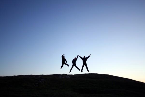 Tres saltando