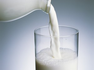 Llenando un vaso de leche