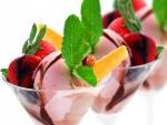 Copas de cóctel con helado de fresas y hojas de menta