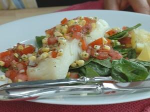 Lomo de merluza con espinacas, maíz y tomate