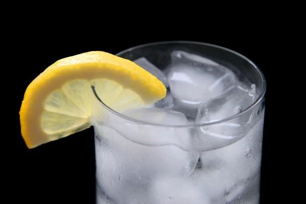 Vaso de agua helada con limón