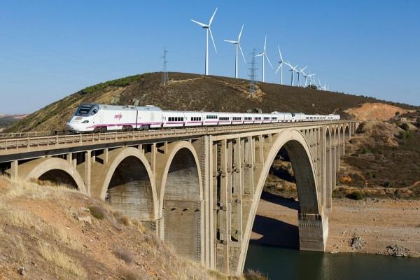 Tren cruzando el Viaducto Martín Gil cerca de Zamora, España