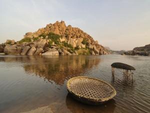 Un par de barcas redondas en el río Tungabhadra (India)