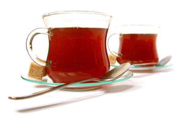 Dos tazas de té con terrones de azúcar moreno