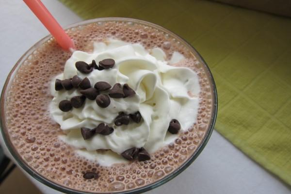Batido de chocolate con nata y perlas de chocolate